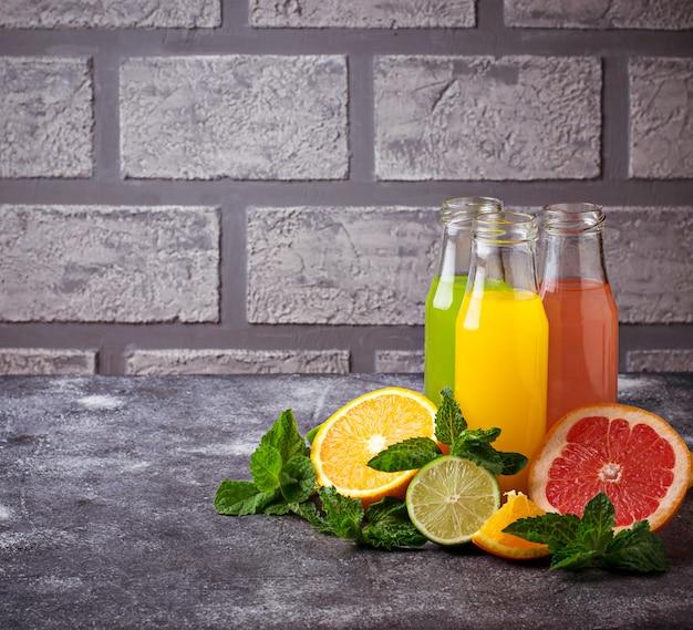 Sélection de jus d'agrumes frais. boissons de désintoxication. mise au point sélective