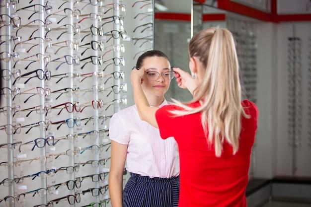 Sélection de lunettes dans la boutique de lunettes pour la correction de la vue