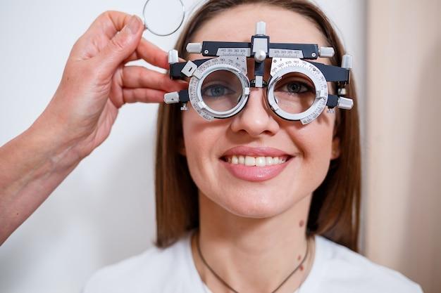 Sélection de lunettes de vue pour la femme. la bonne sélection de points. salon d'optique. opticien. verres d'essai.