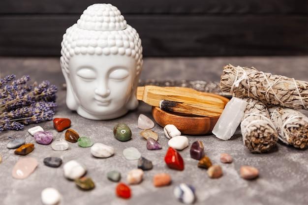 Sélection de pierres et statuette en céramique de tête de bouddha