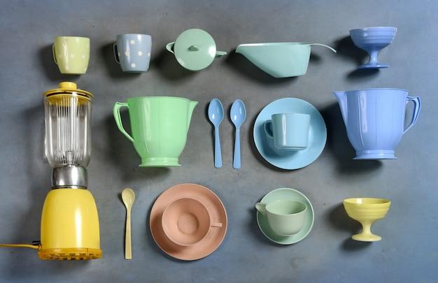 Sélection d'ustensiles de cuisine en plastique rétro coloré
