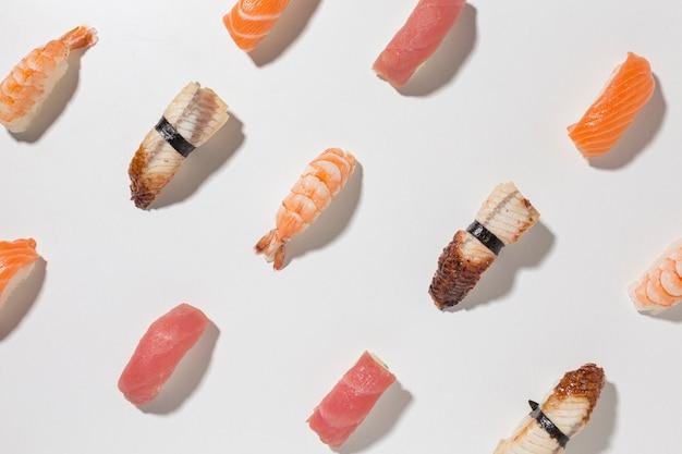 Sélection vue de dessus de délicieux sushis