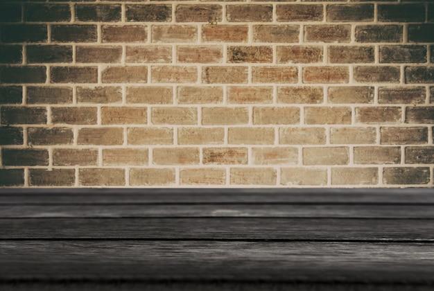Sélectionné vide noir table en bois et texture de mur ou vieux mur de briques noires