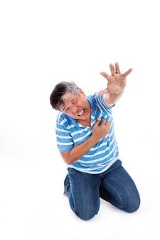 Sélectionnez la mise au point à portée de main de la crise cardiaque du vieil homme