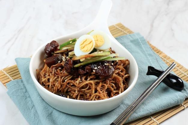Selective focus jajangmyeon ou jjajangmyeon est une nouille coréenne avec une image horizontale de sauce noire