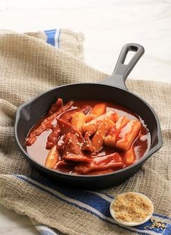 Selective focus tteokbokki épicé coréen granuleux sur fonte