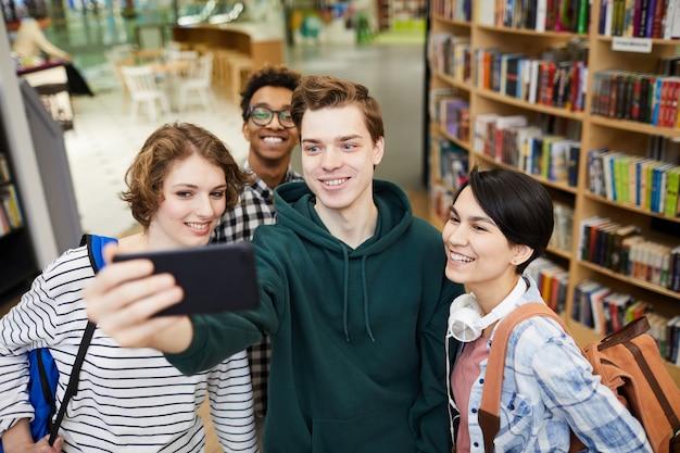 Selfie d'étudiants en librairie