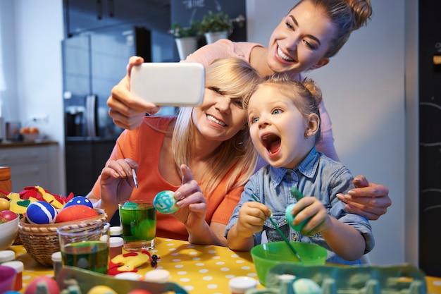 Selfie familial avec des oeufs de pâques