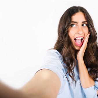 Selfie de femme avec la bouche ouverte
