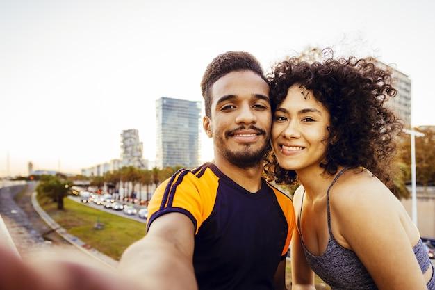 Selfie de femme latine et homme sportif pendant un repos