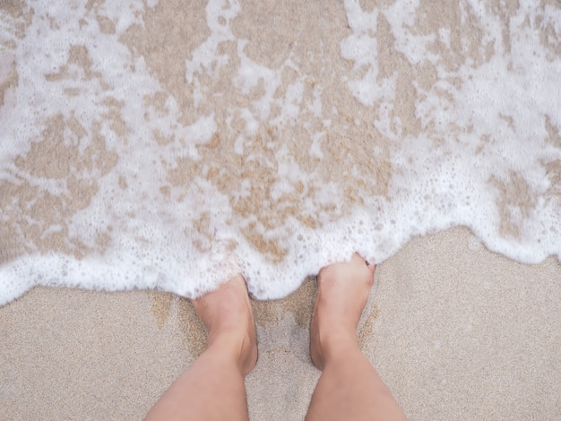 Selfie femme pieds sur fond de plage de l'été.
