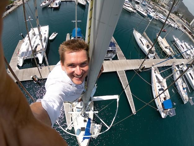 Selfie grand angle de l'homme sur le dessus du voilier. concept de voyage et d'aventure. photo de haute qualité
