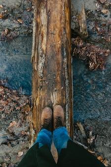 Selfie de pieds en bottes en forêt d'automne ou de printemps voyage et aventure
