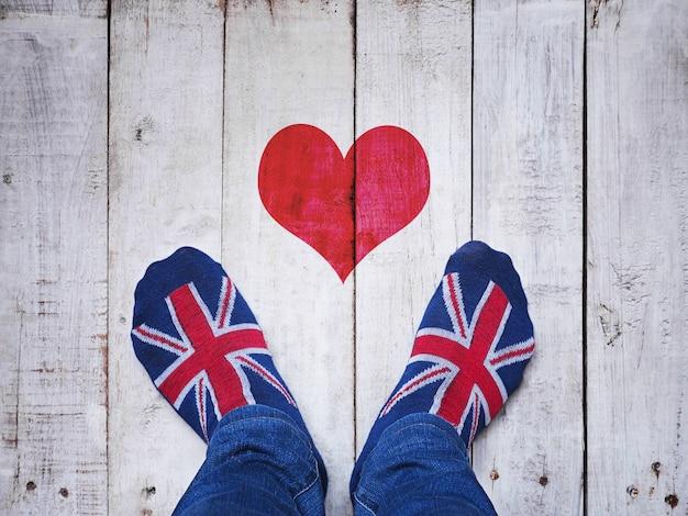 Selfie pieds portant des chaussettes avec motif de drapeau britannique