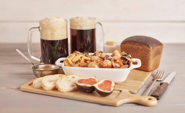 Selyansky pommes de terre avec des saucisses et de la bière brune pour oktoberfest