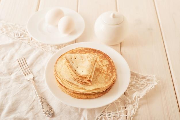 Semaine de crêpes: crêpes au miel et thé sur la table