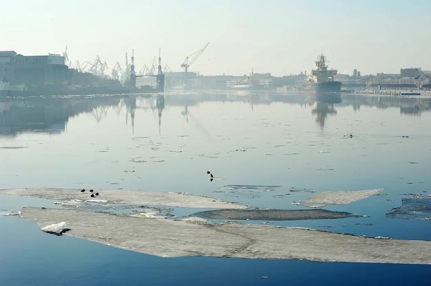 Semaine de relâche sur la neva et vue sur le chantier naval de l'amirauté, saint-pétersbourg, russie
