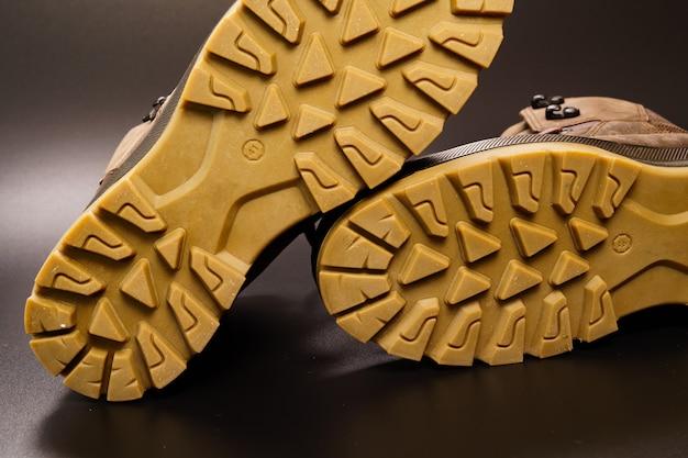 Semelle cannelée de chaussures pour hommes en cuir marron d'hiver sur fond noir