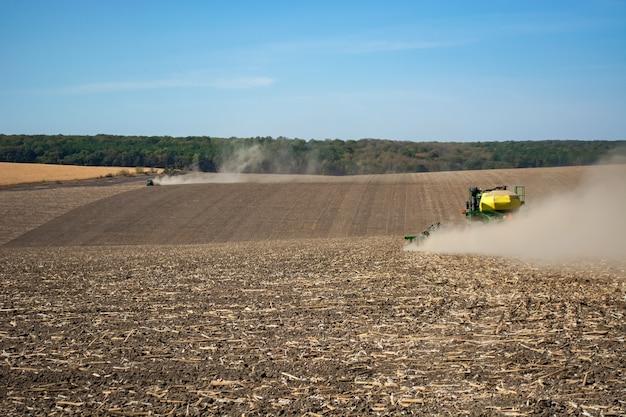Semer le grain avec une machine moderne sur le terrain.