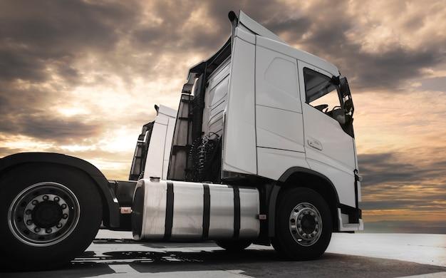 Semi-camion sur le parking au coucher du soleil.