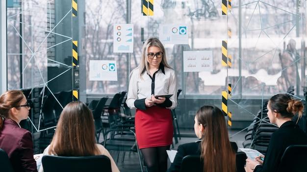 Séminaire de stratégie marketing. présentation du conférencier. jeune femme écoutant des commentaires.