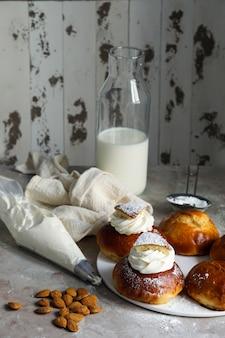 Semla ou semlor, vastlakukkel, laskiaispulla est un pain sucré traditionnel fabriqué sous diverses formes en suède, finlande, estonie, norvège, danemark, en particulier shrove monday et shrove tuesday