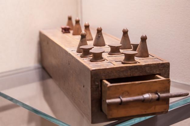 Senet est l'un des plus anciens jeux de société connus, 3.500 avant jc c'est le père du jeu d'échecs.
