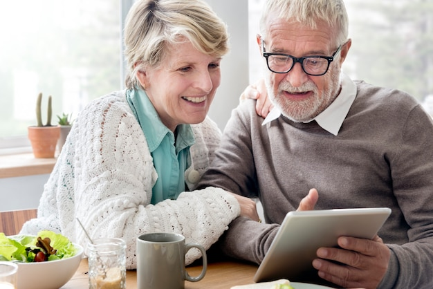 Senior adulte tenant tablet concept de lecture