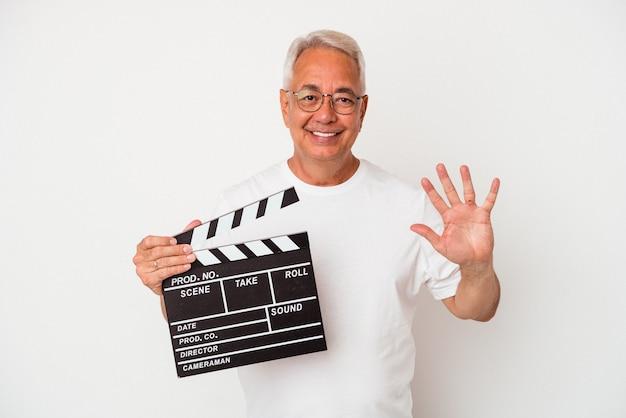 Senior american man holding a clap isolé sur fond blanc souriant joyeux montrant le numéro cinq avec les doigts.
