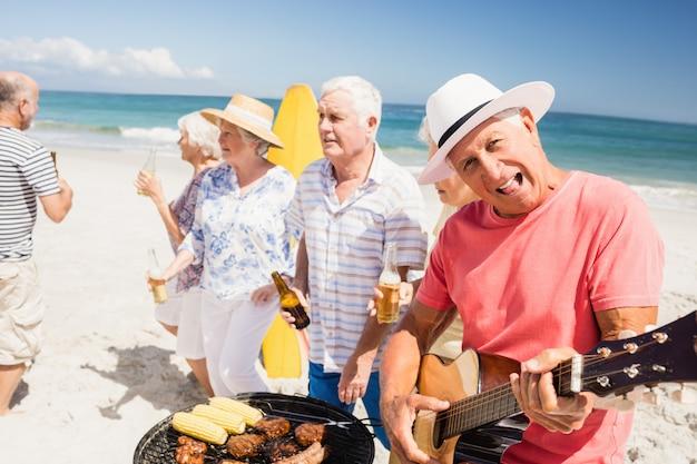 Senior amis ayant un barbecue