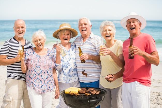Senior ayant un barbecue sur la plage