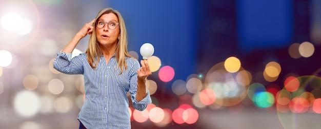 Senior belle femme avec une ampoule. concept d'idée