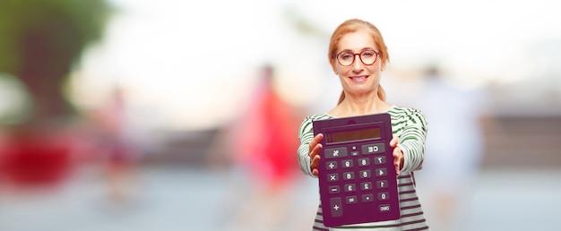 Senior belle femme avec une calculatrice