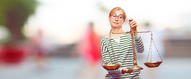 Senior belle femme avec un équilibre de la justice ou à l'échelle