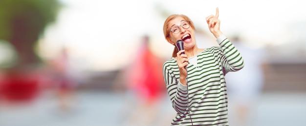Senior belle femme avec un microphone
