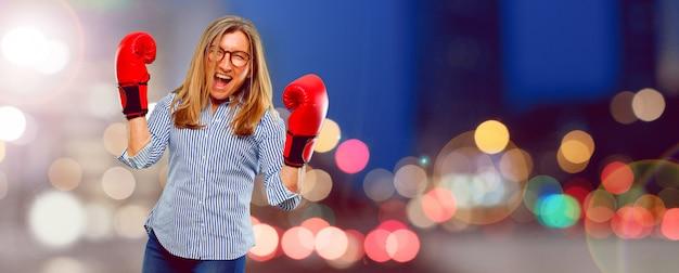 Senior belle femme portant des gants de boxe
