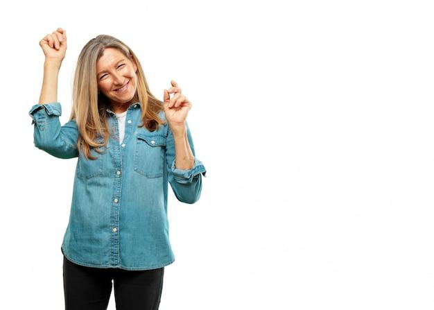 Senior belle femme souriante et danser au plaisir, musique disco animée, l'air heureux et dans une joyeuse