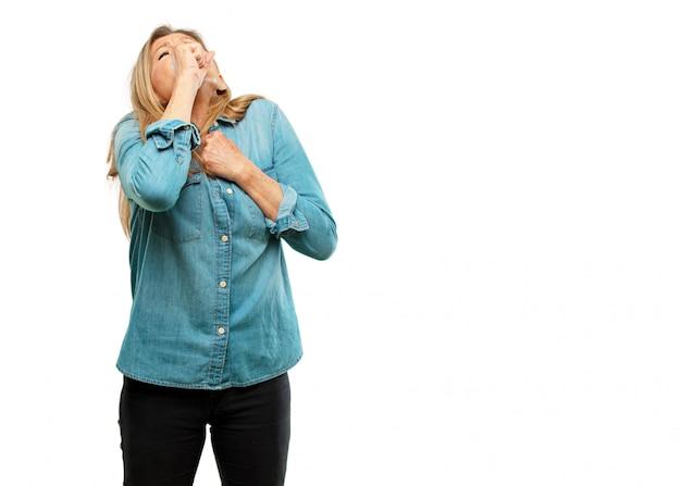 Senior belle femme tousser, souffrant d'une maladie hivernale comme un rhume ou la grippe, se sentir unwel