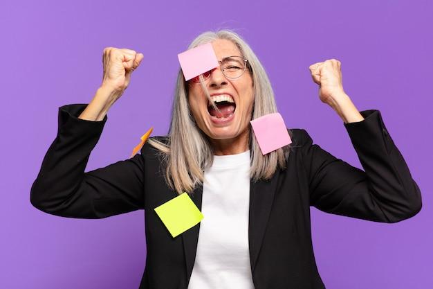 Senior businesswoman avec notes adhésives