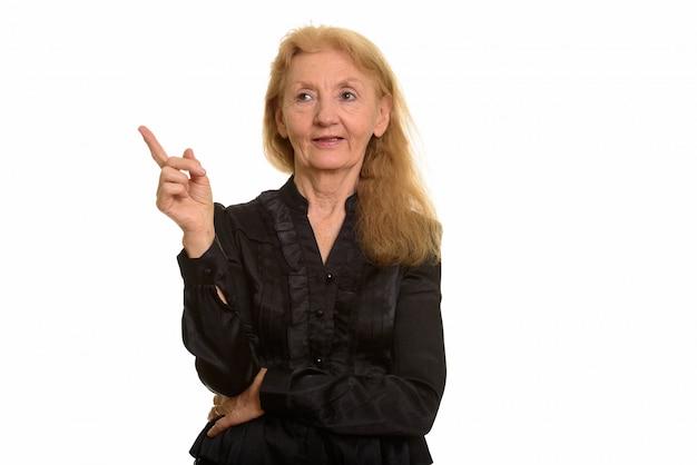 Senior businesswoman pointant le doigt vers le haut