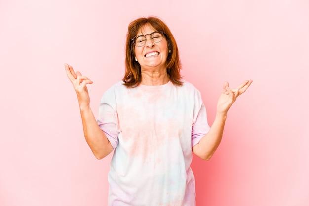 Senior caucasian woman isolated doigts croisés pour avoir de la chance