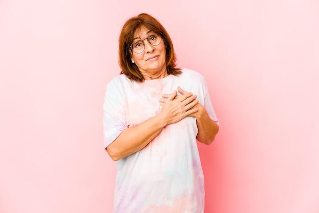 Senior caucasian woman isolated a une expression amicale, appuyant sur la paume de la main contre la poitrine. concept d'amour.