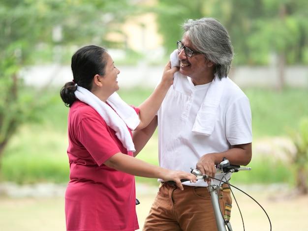 Senior couple amoureux à vélo dans le parc