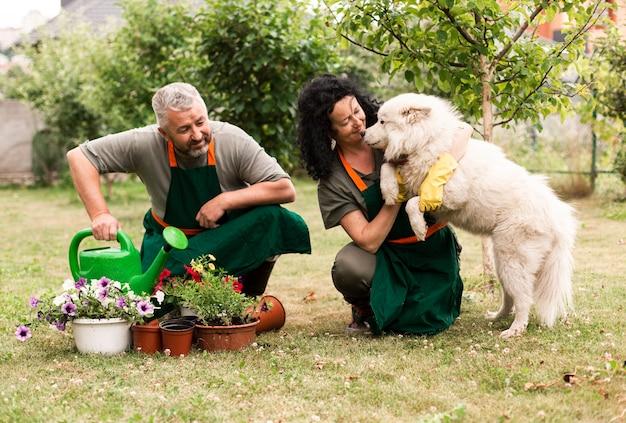 Senior couple dans le jardin avec un chien