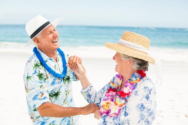 Senior couple dansant ensemble à la plage