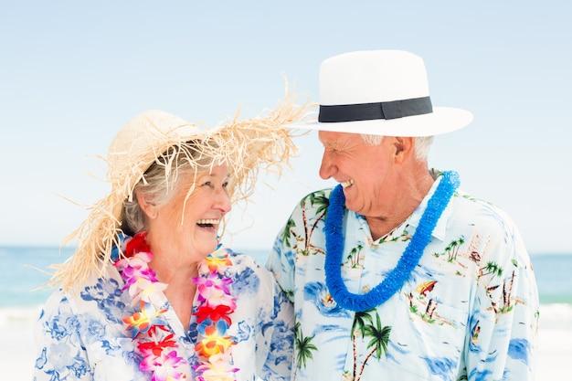Senior couple debout à la plage