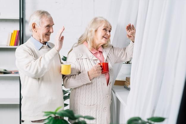 Senior couple disant bonjour