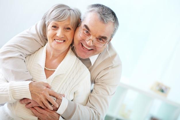 Senior couple embrassant