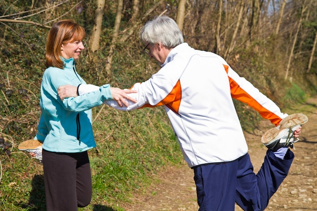 Senior couple faisant leurs exercices de course à pied,