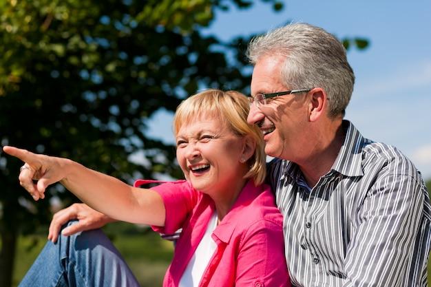 Senior couple flirter et s'amuser